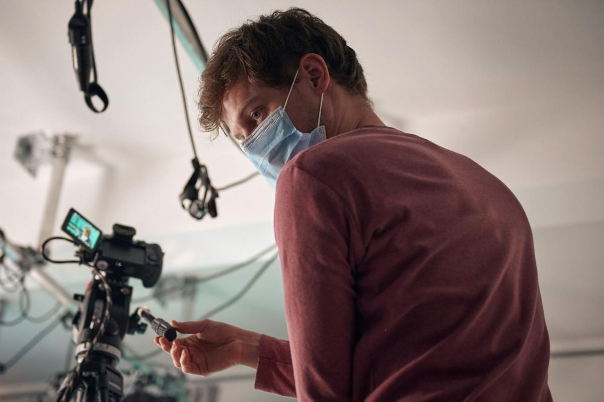 Kameramann Isaak Münkwitz, mit Maske, bereitet den Dreh für das Seminar Diversity im Studio der ZEIT Akademie vor.