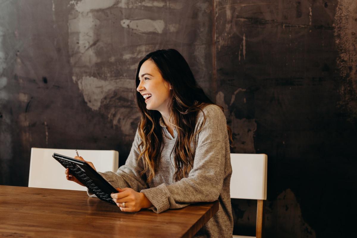 Gut gelaunte Frau bei digitaler Weiterbildung
