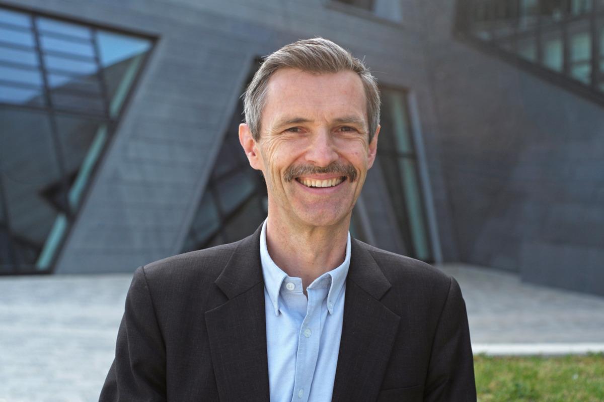 Prof. Dr. Stefan Schaltegger beim Interviewdreh in Lüneburg vor der Leuphana Universität.