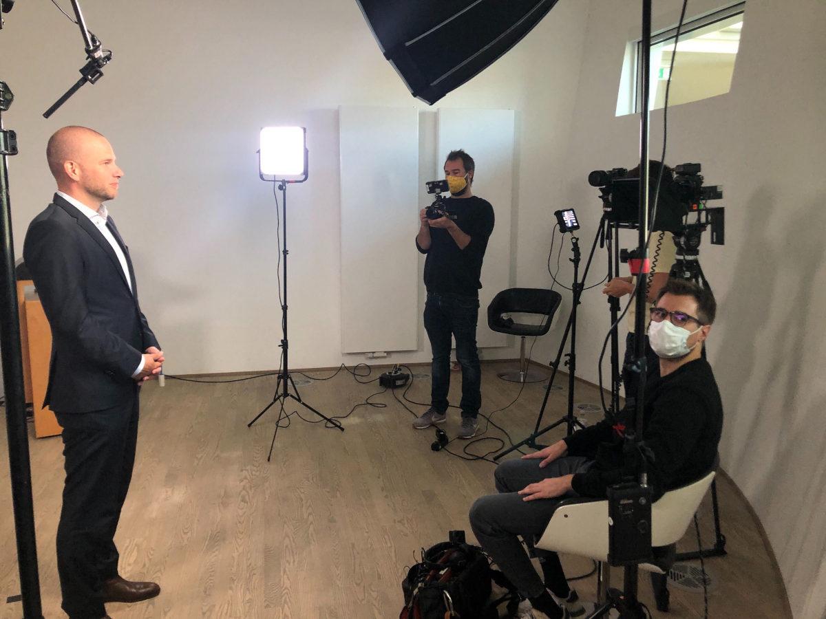 Dreharbeiten für die ZEIT Akademie während der Corona-Krise: mit Maske und Abstand