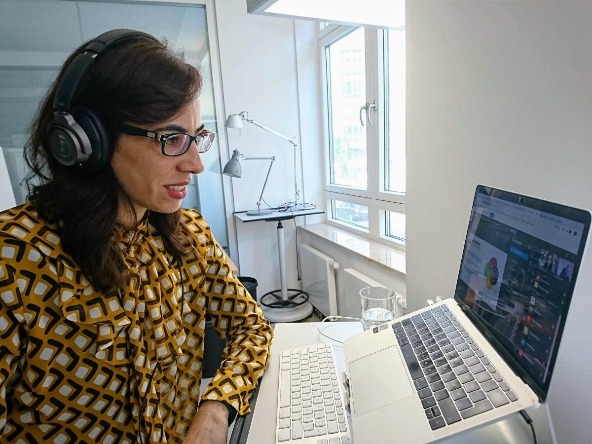 E-Learning-Managerin Ximena Rodriguez im Webinar vor ihrem Laptop