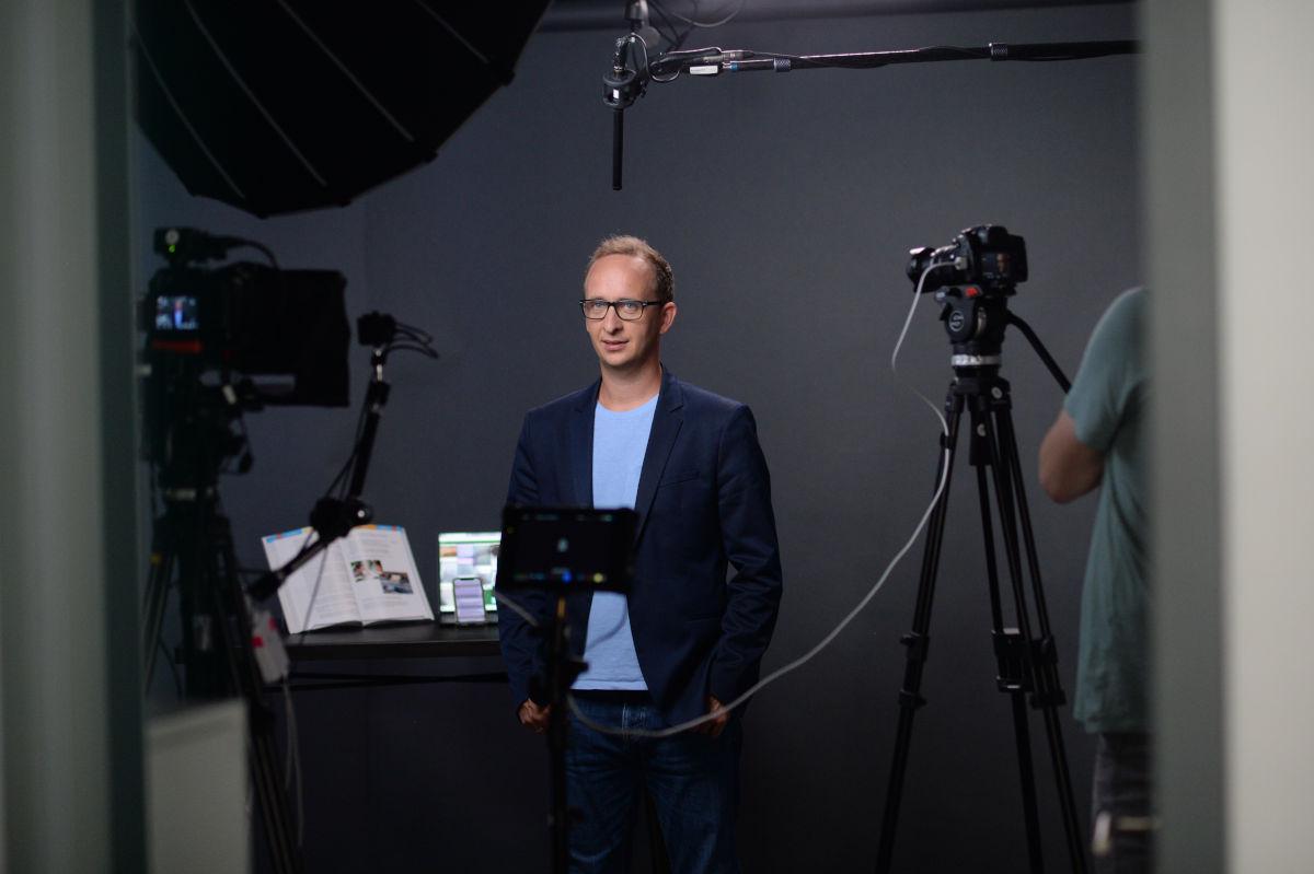 Dozent Sebastian Schmidt beim Dreh im Studio der ZEIT Akademie