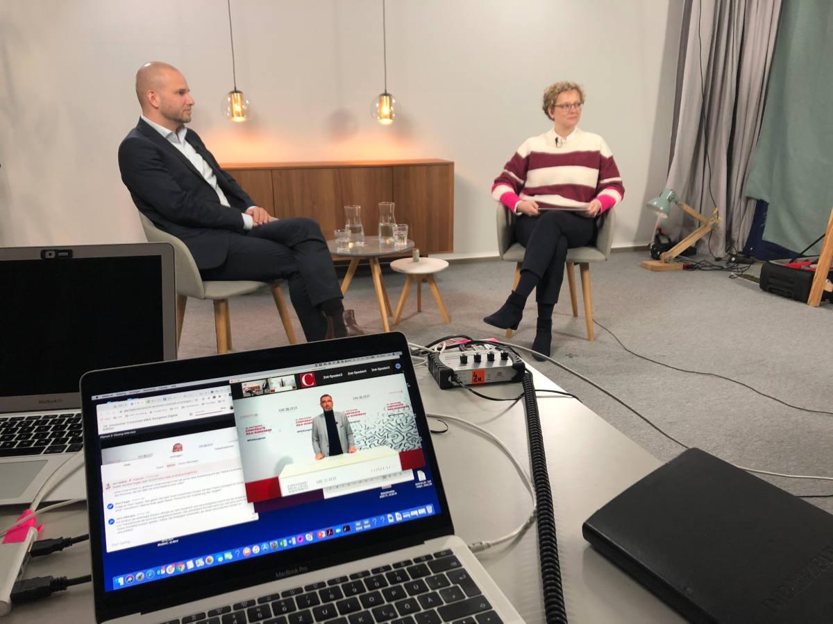 Webinar mit Prof. Niels Van Quaquebeke und Birthe Kretschmer im Studio der ZEIT Akademie