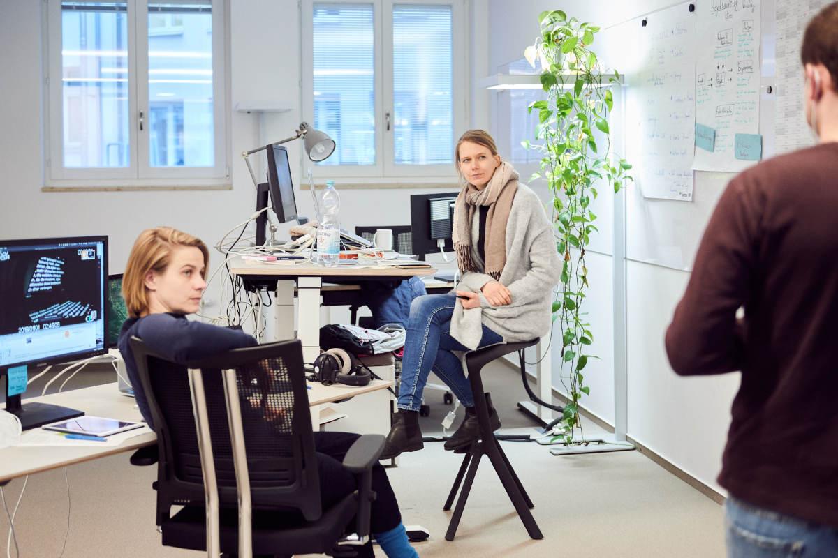 Großraumbüro der ZEIT Akademie mit den Redakteurinnen Jennifer Knappheide und Myriam Apke