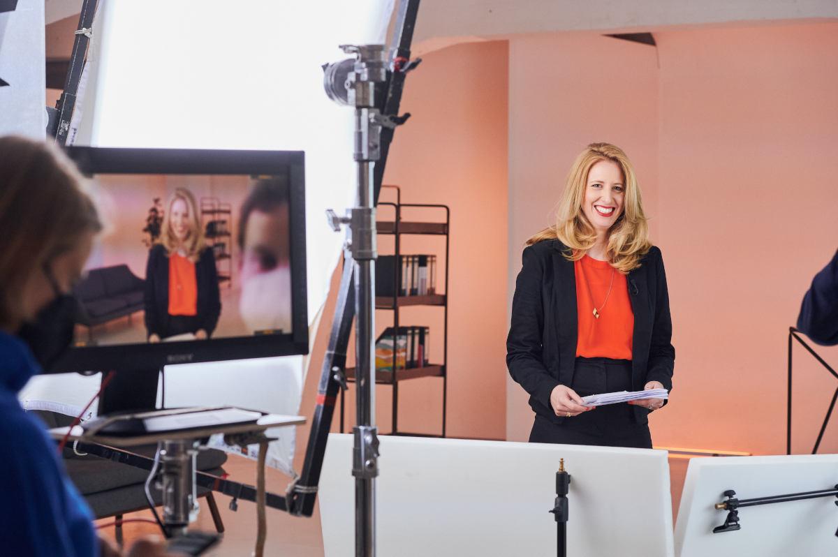 Moderatorin Catriona McLaughlin lacht im Studio bei Dreharbeiten