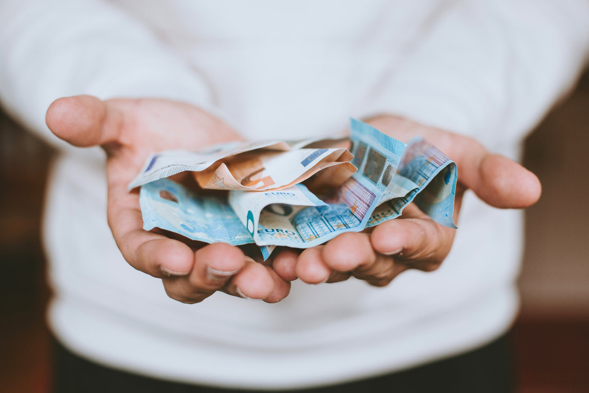 Euroscheine in zwei Händen