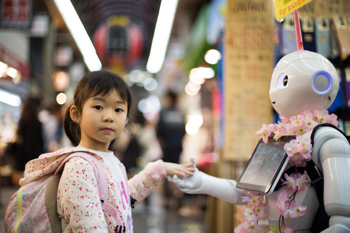 Mädchen hält die Hand von ROboter: Künstliche Intelligenz